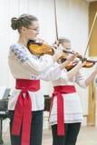 Kiev Ukraina Januari 21 2019 barns fiolhelhet Barn med fioler p? etapp Barns insats, sm? talanger fotografering för bildbyråer