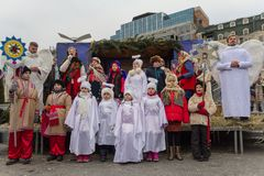 Kiev Ukraina - Januari 13, 2018: Den amatörmässiga teatern visar en juljulkrubba Fotografering för Bildbyråer