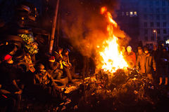 KIEV UKRAINA - Januari 26, 2014: Euromaidan personer som protesterar vilar och Arkivbild