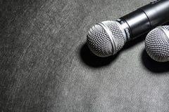 Kiev Ukraina Januari 10, 2019 Mikrofonen för att sjunga på svarta bakgrundslögner karaoke moderna teknologier musik grejer royaltyfria bilder