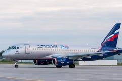 KIEV UKRAINA - JULI 10, 2015: Aeroflots SSJ 195 Royaltyfri Fotografi
