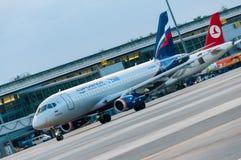 KIEV UKRAINA - JULI 10, 2015: Aeroflots SSJ 195 Royaltyfria Foton