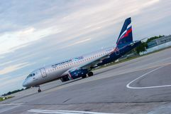 KIEV UKRAINA - JULI 10, 2015: Aeroflots SSJ 195 Arkivbilder