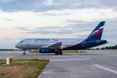 KIEV UKRAINA - JULI 10, 2015: Aeroflots SSJ 195 Fotografering för Bildbyråer