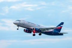 KIEV UKRAINA - JULI 10, 2015: Aeroflots SSJ 195 Royaltyfri Foto