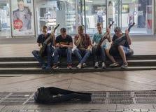 Kiev Ukraina - 02 Juli, 2017: Gruppen av unga musiker spelar i den underjordiska passagen på det nationella folk instrumentet Royaltyfri Bild