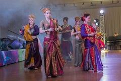 Kiev Ukraina - Juli 30, 2017: Kvinnor utför orientaliska danser i nationella indiska kostums Royaltyfria Bilder