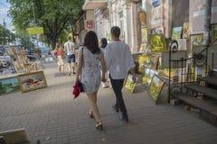 Kiev Ukraina - Juli 09, 2017: Medborgare förbigår gatagallerit Arkivbilder