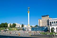 KIEV UKRAINA - JULI 30, 2016: Självständighetmonument på den Maidan Nezalezhnosti fyrkanten i Kiev, Ukraina royaltyfri foto