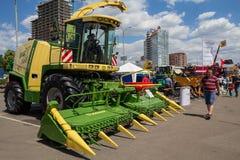 Kiev Ukraina - Juni 07, 2018: Besökare som beskådar prövkopior av jordbruks- maskineri till utställningen royaltyfria foton