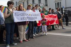 Kiev Ukraina - Juni 18, 2017: Deltagare i det glat ståtar med baner med inskrifterna Royaltyfria Foton