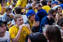KIEV UKRAINA - JUNI 10: Fans för bifall Sverige och ukrainarehar Arkivfoto
