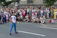 Kiev Ukraina - Juni 19, 2016: Flickatagande särar i konkurrenser i dans på Khreschatyk Royaltyfri Foto