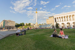 Kiev Ukraina - Juni 19, 2016: Medborgare har en vila på gräsmattan Royaltyfri Foto