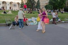 Kiev Ukraina - Juni 19, 2016: Medborgare- och turisttjänstledigheter på th Arkivbild