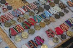 Kiev Ukraina - Juni 04, 2016: Olika medaljer av den sovjetiska eran på loppmarknaden kontrar Royaltyfri Foto