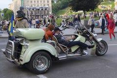 Kiev Ukraina - Juni 19, 2016: Stadsbor och turister rider på en moped på helgen Arkivfoto
