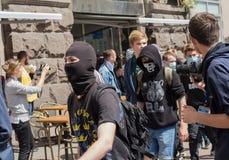 Kiev Ukraina - Juni 12, 2016: Ungdomar- representanter av den radikala nationalistiska gruppen under en procession Fotografering för Bildbyråer
