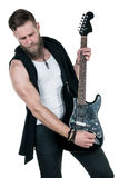 KIEV UKRAINA - Maj 03, 2017 Den karismatiska och stilfulla mannen med ett skägg som spelar en elektrisk gitarr på en vit, isolera Arkivfoto