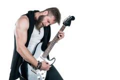 KIEV UKRAINA - Maj 03, 2017 Den karismatiska och stilfulla mannen med ett skägg som spelar en elektrisk gitarr på en vit, isolera Arkivbild