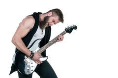KIEV UKRAINA - Maj 03, 2017 Den karismatiska och stilfulla mannen med ett skägg som spelar en elektrisk gitarr på en vit, isolera Arkivfoton