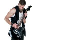 KIEV UKRAINA - Maj 03, 2017 Den karismatiska och stilfulla mannen med ett skägg som spelar en elektrisk gitarr på en vit, isolera Royaltyfri Fotografi