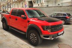 Kiev Ukraina - Maj 3, 2019: En stora Ford Raptor SUV i staden royaltyfri foto