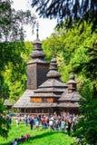 KIEV UKRAINA - MAJ 02: Ethnocultural ukrainsk festival på måndag efter påsk forntida kyrkligt trä Arkivbilder
