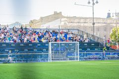 KIEV UKRAINA - MAJ 26, 2018: Fan-zon av fotbollsforna av finalen av ligan för UEFA-mästare Folk- och fotbollsfanwa royaltyfria bilder