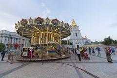 Kiev Ukraina - Maj 03, 2016: Folkritt på karusellen som installeras på fyrkant för St Michael ` s Arkivbilder