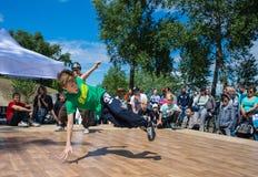 KIEV UKRAINA - MAJ 28, 2017: Gatakonstnär som utomhus breakdancing Royaltyfri Bild