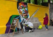 Kiev Ukraina - Maj 11, 2016: Konstnären målar grafitti från poen Royaltyfria Bilder