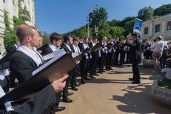 Kiev Ukraina - Maj 19, 2019: Mäns kör sjunger sånger för åhörarna på den gataAndreevsy nedstigningen royaltyfria bilder
