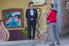 Kiev Ukraina - 12 Maj, 2018: Mannen i en dräkt av det berömda litterära teckenet arbetar för restaurang Arkivfoton
