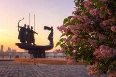 Kiev Ukraina - Maj 05, 2018: Monument till grundarna av Kyiv Kiev på soluppgång, härlig cityscape med lilan arkivbild
