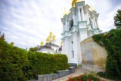 KIEV UKRAINA - MAJ 20: oidentifierade turister besöker Pechersk Lavra - den nationell historisk-kulturell fristadkloster och une Arkivfoto