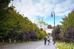 KIEV UKRAINA - MAJ 20: oidentifierade turister besöker Pechersk Lavra - den nationell historisk-kulturell fristadkloster och une Arkivbild