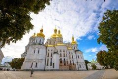 KIEV UKRAINA - MAJ 20: oidentifierade turister besöker Pechersk Lavra - den nationell historisk-kulturell fristadkloster och une Arkivfoton
