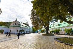 KIEV UKRAINA - MAJ 20: oidentifierade turister besöker Pechersk Lavra - den nationell historisk-kulturell fristadkloster och une Fotografering för Bildbyråer