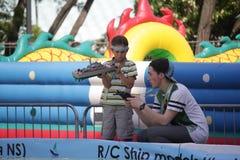 Kiev Ukraina - Maj 05, 2016: Pojkar förbereder sig att lansera en skeppmodell royaltyfri foto