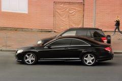 Kiev Ukraina - Maj 3, 2019: Svarta lyxiga Mercedes i rörelse royaltyfria foton