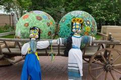 Kiev Ukraina - Maj 11, 2016: Traditionella dockor - motanki och påskägg i festliga garneringar Arkivfoto