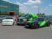 Kiev - Ukraina, 22 Maj 2011, två Ford Mustang och SUV Dodge Ram royaltyfria bilder