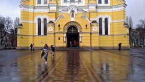KIEV - UKRAINA - MARS 2017: Delen av fasaden av Vladimir Cathedral i Kiev i regnigt väder royaltyfri foto