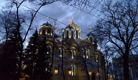 KIEV - UKRAINA - MARS 2017: Fasaden av Vladimir Cathedral i Kiev på aftonen arkivfoton