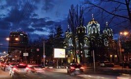 KIEV - UKRAINA - MARS 2017: Sikt av domkyrkan av Vladimir med belysning i aftonen royaltyfri bild