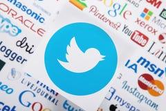KIEV UKRAINA - MARS 10, 2017: Twitter instagram, youtube, Google, den mest pinterest logotypen skrivev ut på papper Åtlöje upp To royaltyfri foto