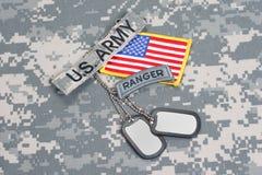 KIEV UKRAINA - May 02 flik för kommandosoldat för USA-ARMÉ med tomma hundetiketter på kamouflagelikformign royaltyfri bild