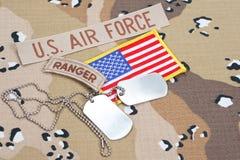 KIEV UKRAINA - May 02 flik för kommandosoldat för USA-ARMÉ med tomma hundetiketter på kamouflagelikformign fotografering för bildbyråer