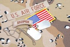 KIEV UKRAINA - May 02 flik för prickskytt för USA-ARMÉ med tomma hundetiketter på kamouflagelikformign royaltyfri foto